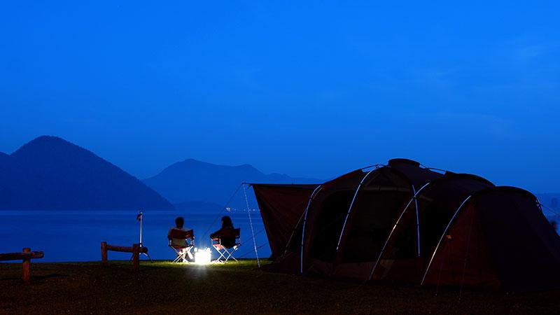 キャンプで夜空を見ながらプロポーズ