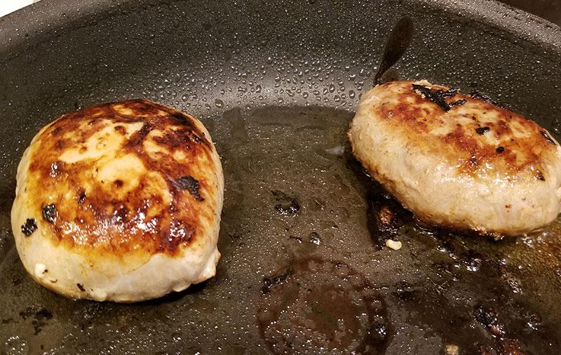 やえやまファームのハンバーグ食べくらべセット フライパンで焼いてるシーン
