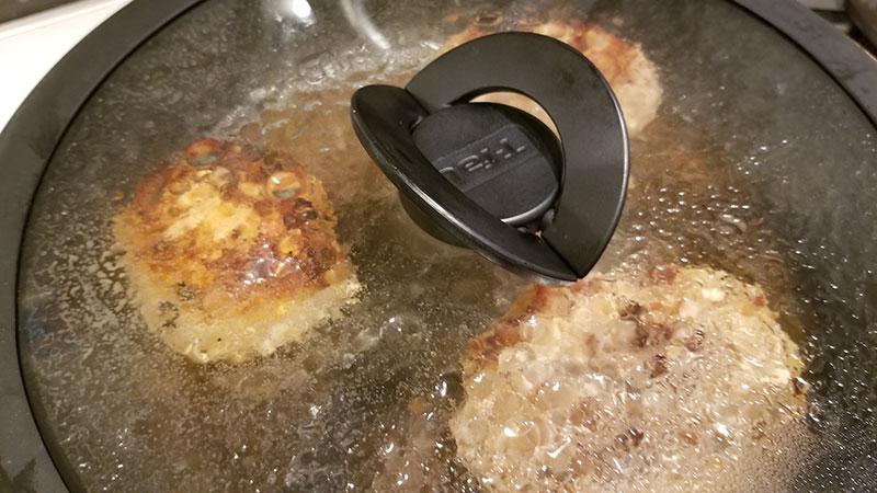 やえやまファームのハンバーグ食べくらべセット フライパンで焼いてるシーン 蒸し焼き