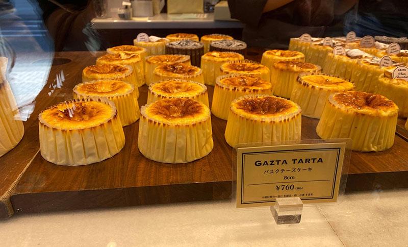 店内 ガラスケース 白金高輪「GAZTA(ガスタ)」の本家直伝バスクチーズケーキ