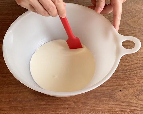 生クリームと牛乳を混ぜ合わせておく。