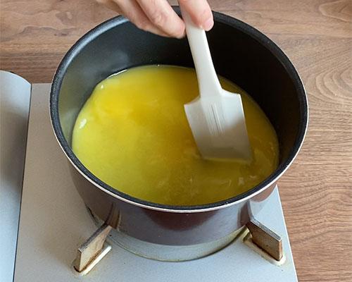 オレンジジュースと砂糖を鍋に入れ、粉ゼラチンを振り入れて、火にかける。弱火で混ぜながら、ゼラチンを溶かす。