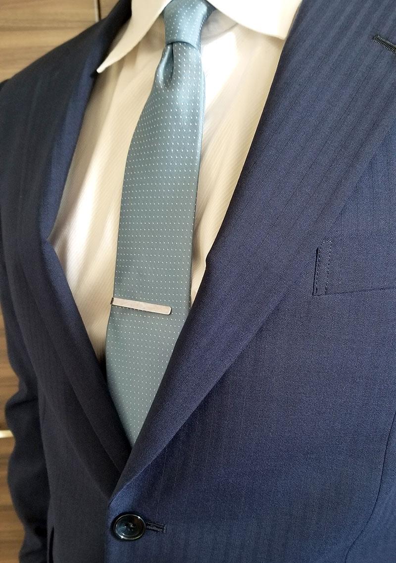 yuzenのシンプルなシルバーネクタイピン「TSUCHIME BRIGHT」の着用イメージ・使った感想