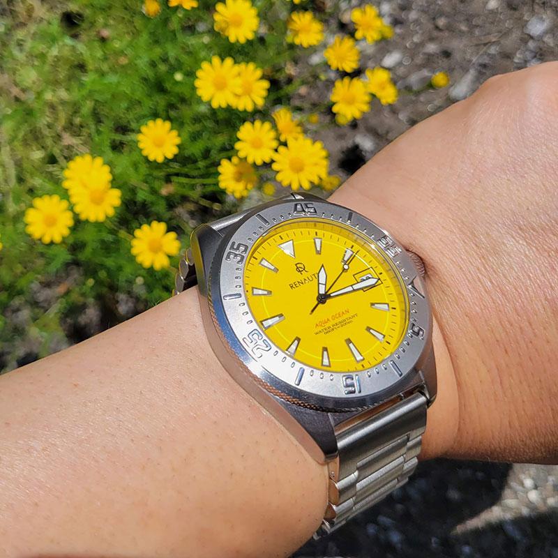 外で散歩 黄色い花と一緒に ルノータスのダイバーズウォッチ・アクアオーシャン45をカスタムオーダー