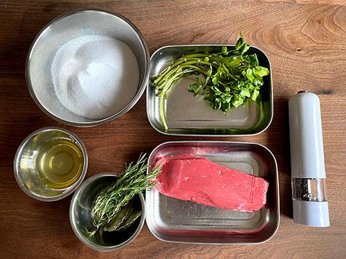 牛肉のハーブ塩釜焼きの材料