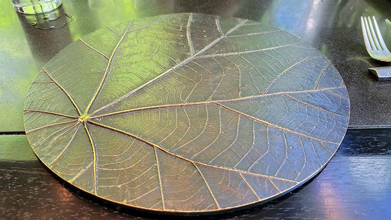 テーブルの上の葉っぱみたいな皿 アマン東京「ザ・カフェ by アマン」でアフタヌーンティー 感想・レビュー