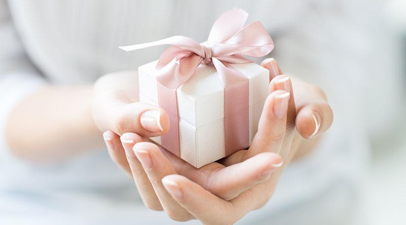 プレゼントを受け取る女性のイメージ