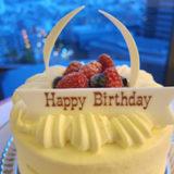 バースデーケーキ(寄り-1)ホテル室内と夜景の写真 | 無料で使える!誕生日のフリー素材(商用利用・加工可)