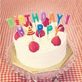 苺のバースデーケーキ(HAPPY BIRTHDAYの文字のキャンドル)   無料で使える!誕生日のフリー素材(商用利用・加工可)